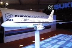 Фото 6. Модель Суперджета на авиасалоне Фарнборо-2006