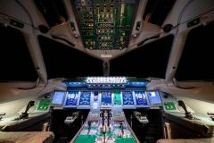 Фото 100. Освещение кабины в тёмное время суток (установлены планшетные компьютеры по бокам от основных экранов)