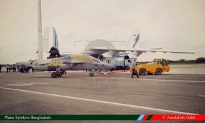 Выгрузка из транспортных самолетов Ан-124-100 первых учебно-боевых самолетов Як-130 для ВВС Бангладеш. На переднем плане второй построенный для Бангладеш самолет Як-130. Дакка, 22 сентября 2015 г.