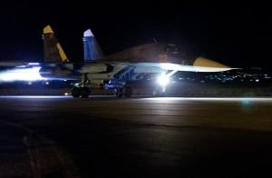 Су-34 ВКС России отправляется в ночной боевой вылет с сирийского аэродрома Базель аль-Асад (Хмеймим) близ Латакии. 23 октября 2015 г.