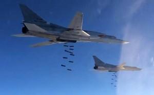 Бомбардировщики Ту-22М3 ВКС России наносят удар свободнопадающими бомбами по объектам террористов на территории Сирии. 17 ноября 2015  г.
